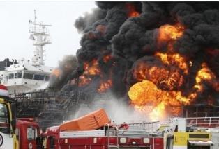 """울산서 석유제품운반선 폭발·화재…""""전원 구조했지만 9명 부상"""""""